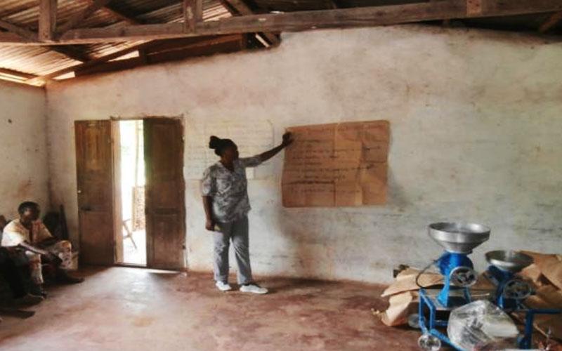 la coordinadora del programa, Juliette Ngo Mbog dirigeix les sessions